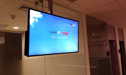 trade-media-carteleria-digital-lan-latam-airlines-signage-chile